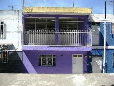 Casa Dos Niveles Sobre Calle Sin Trafico