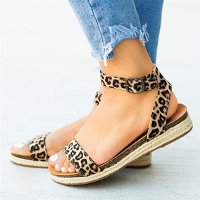 Fondo Plano Con Zapatos De Paja.