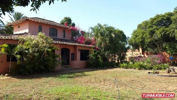 Casa En Venta- Paraguachí. Playa El Agua