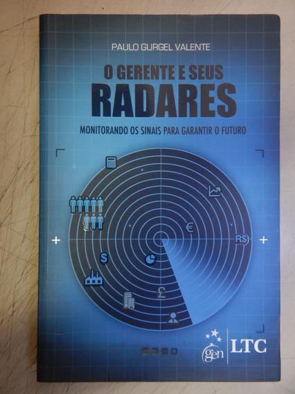 Gerente E Seus Radares Monitorando Os Sinais Para Garantir O