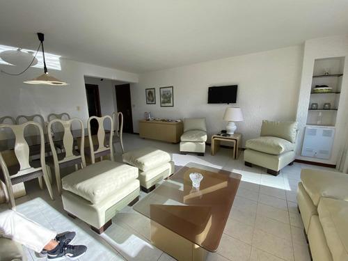 Apartamento De Categoría Con Vista Franca Al Mar.