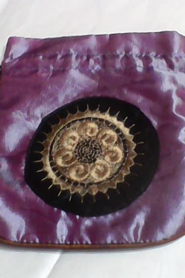 Bolsita -funda -en Color Lila Tornasol Con Aplique -hermosa!!!! Ideal Para Guardar Todo Tipo De Objetos ( Cosmeticos,
