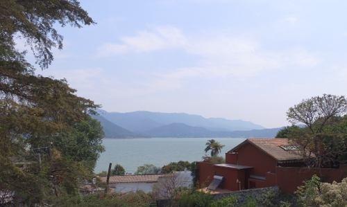 Excelente Terreno Semi-plano Con Hermosa Vista Panorámica Al Lago Y Montañas.