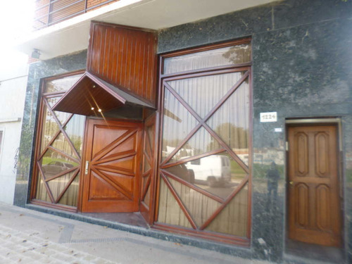 Local En  La Plata Capacidad 120 Personas 31 57 Y 58