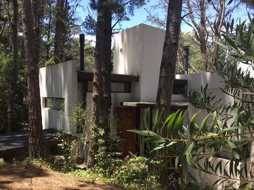 Imagen 1 de 13 de La Retirada - Casa De Diseño En Pleno Bosque De Mar Azul