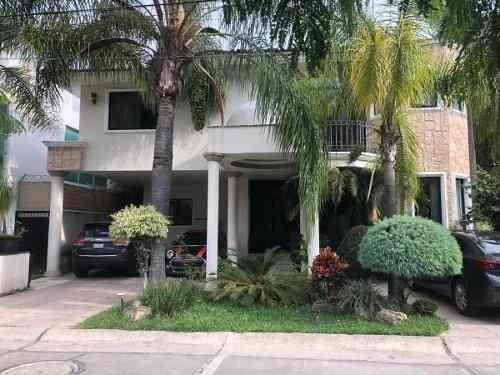 Residencia En Venta Excelente Ubicación En Lomas Del Valle En Coto