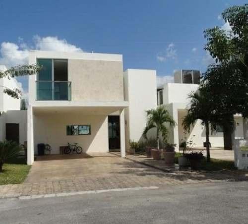 Casa En Venta En Privada Altavista / Mérida (yucatán), Tres Recamaras Y Alberca