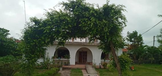 Amplia Casa De Seis Habitaciones Y Cinco Baños