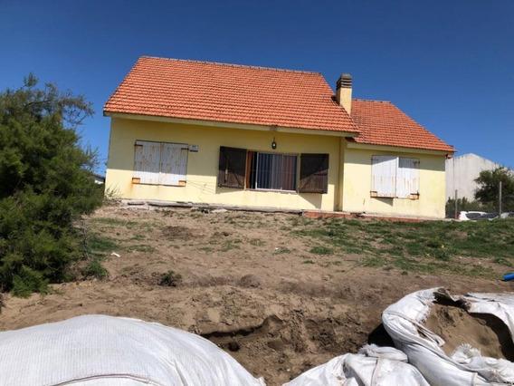 Casa Frente Al Mar Ubicada En Mar Del Tuyu, Oportunidad,