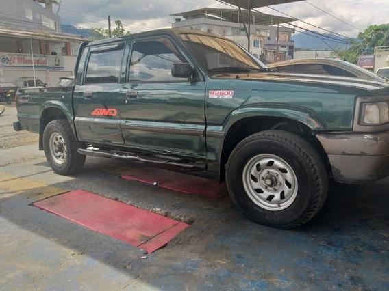 Camioneta Mazda B2600 4x4 Doble Cabina, Buen Estado