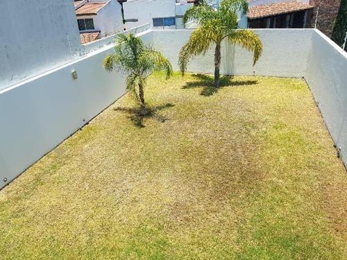 Casa En Venta En Cumbres Del Lago Juriquilla Con Muy Amplio Jardín