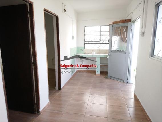 Casa Al Fondo, 2 Dormitorios Y Patio.