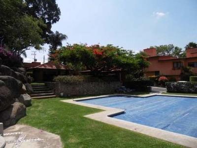 (crm-1404-437) Casa Con Amplio Jardín Privado Dentro De Condominio Con Áreas Verdes, Palapa Y Alberca