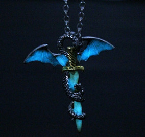Colar Dragão Espada Neon ( Brilha No Escuro)!