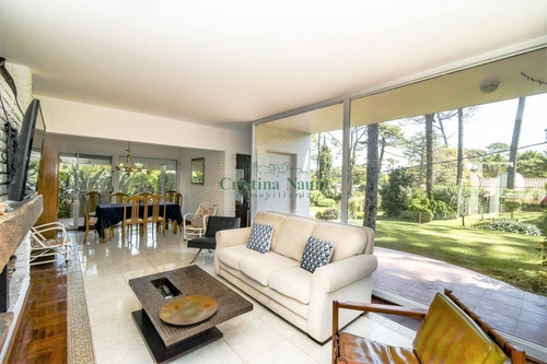 Casa De Seis Dormitorios En Venta - Playa Mansa - Ref: 37614