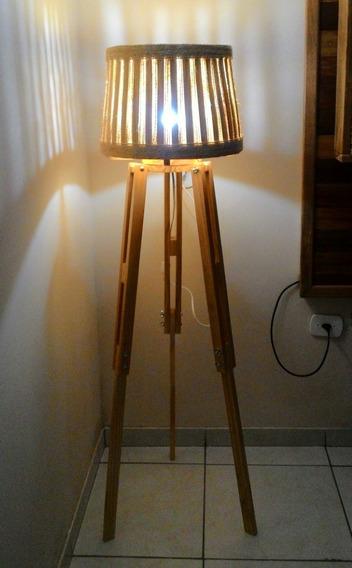 Luminária Tripe De Madeira Com Cúpula De Madeira E Sisal.