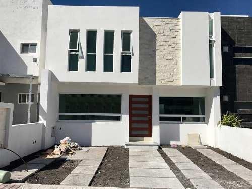 Hermosa Casa En El Refugio, 3 Recámaras, Estudio, 2.5 Baños, Salatv, Equipada !!