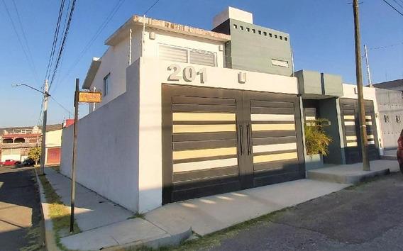 Casa Amplia Y Moderna En Venta En Universo 2000, Querétaro, Al Sur De La Ciudad.