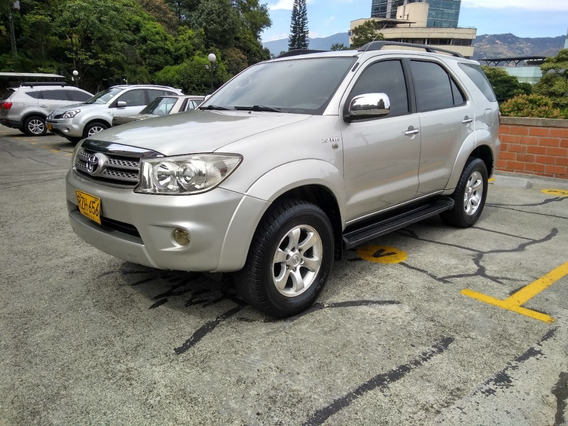 Toyota Fortuner Urbana 4x2 At 2.700 Cc 2010