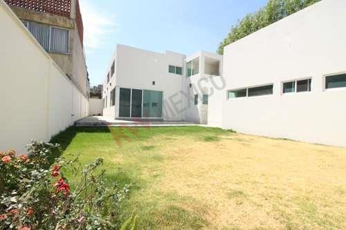 Casa En Renta Cerca De Plaza Crystal, Dorada Y Centro Histórico De Puebla Con Jardín Y Cochera Techada.