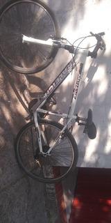 Es Una Bici Blanca Con Negro Y Es Marca Montan Bike I