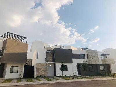 Casa A La Venta En Zibata, Fracc. Con Triple Acceso Controlado