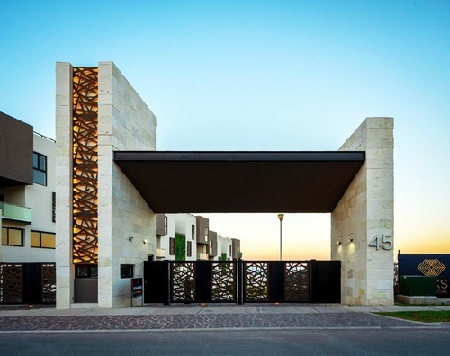 Casa En Exclusiva Privada Con Alberca. Zibata, Luks Townhouses.