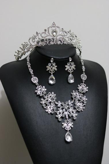 Conjunto Coroa, Colar E Brincos Para Noiva, Debutante, Miss. Tiara, Porta Coque, Arranjo Cor Prata Com Strass.cód: Tc10
