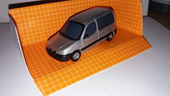Escala 1.43 Peugeot Partner Vidriada Color Plateada