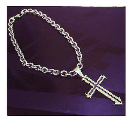 Corrente De Prata Junto Com O Crucifixo