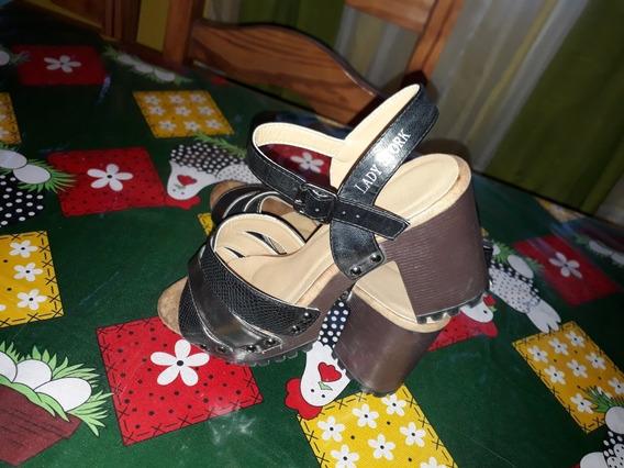 Sandalias Lady Stork En Dorado Y Negro Taco Medio, Usadas