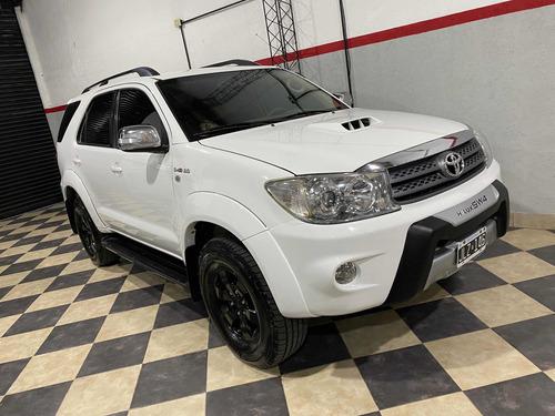 Imagen 1 de 14 de Toyota Hilux Sw4 2011 Blanca 7 Asientos 4x4 Impecable Permut