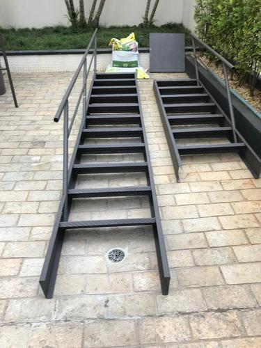 Imagem 1 de 10 de Escada De Ferro Reta 4.00x50 Chapa Frisada