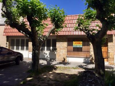 Casa Chalet Cerca De La Estación Y Avenidas. 2 Cocheras.