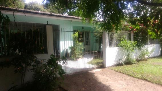 Casa Com Três Dormitórios - Excelente Oportunidade -