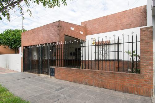 Casa A Cuadras De Bv Pellegrini. Pileta Y Quincho