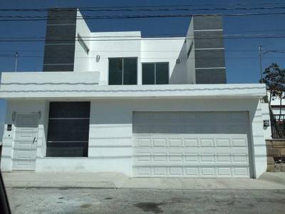 Residencia En Colinas Del Cimatario, Sótano, Estacionamiento Techado 6 Autos...