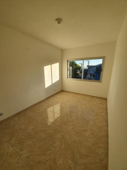 Apartamento Com 4 Cômodos, Wc, Lav