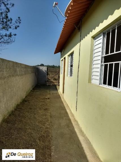Casa Com 02 Dormitórios Com Piso Laminado, Sala, Cozinha, Banheiro Com Box, Quintal, Área De Serviço E Garagem Para 03 Carros. - 0745 - 34324283