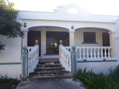 Hermosa Residencia De Una Planta, Con Piscina, 3 Habitaciones Y Amplio Terreno.