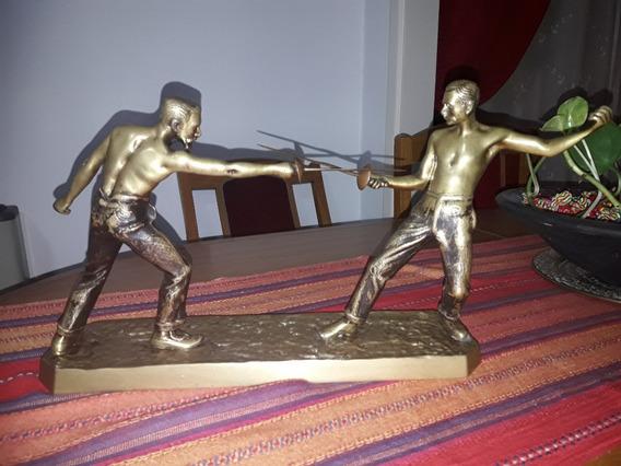 Antigua Escultura Pelea Lucha Esgrima Bronce Macizo Espadas