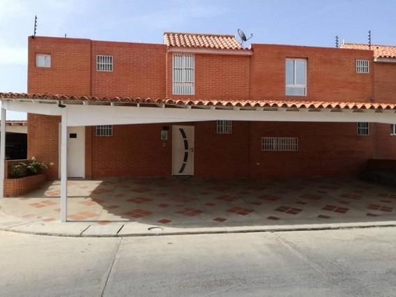 Hermoso Y Amplio Townhouse En Tucacas De 262 M2