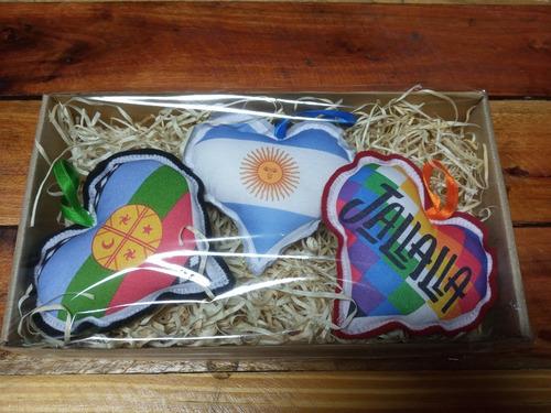 Imagen 1 de 2 de Adornos Navideños Corazones Grande Argentina Whipala Mapuche