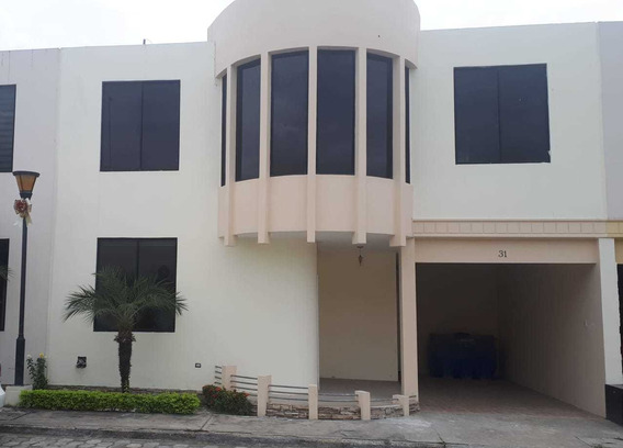 Amplia Casa De Dos Plantas En Urbanizaciòn Con 3 Dormitorios