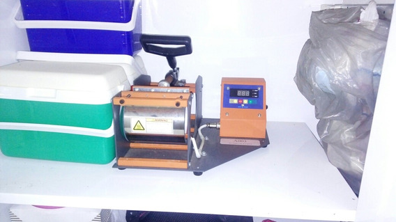 Uma Maquina De Estapar Camisa E Sandalha E Caneca