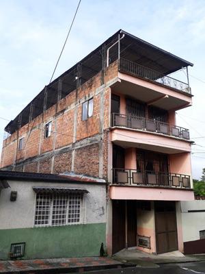 Casa De Tres Pisos Con Terraza Techada.