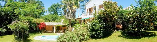Preciosa Casa Estilo Mediterraneo Rodeado Por Verde