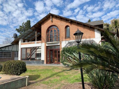 Casa De Dos Plantas Con Amplio Terreno