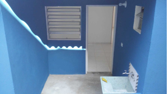 Aluga-se Casa De 02 Cômodos E Garagem No Jd. Bussocaba