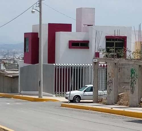 Casa Con 3 Recamaras Y Estacionamiento Para 2 Autos.